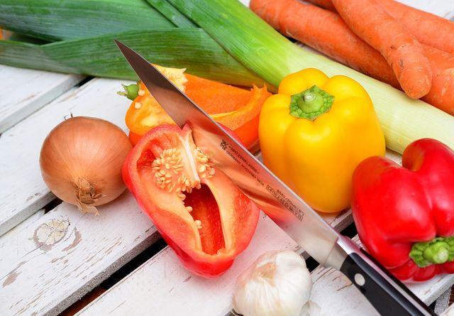 Um Salz zu vermeiden, kochst du am besten selbst mit frischen und unverarbeiteten Zutaten.