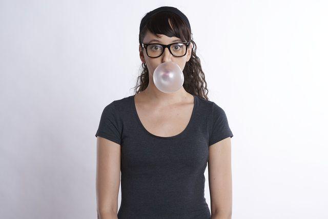 Zuckerfreie Kaugummis und Mundspülungen helfen gegen Plaque und sorgen für gesundes Zahnfleisch.