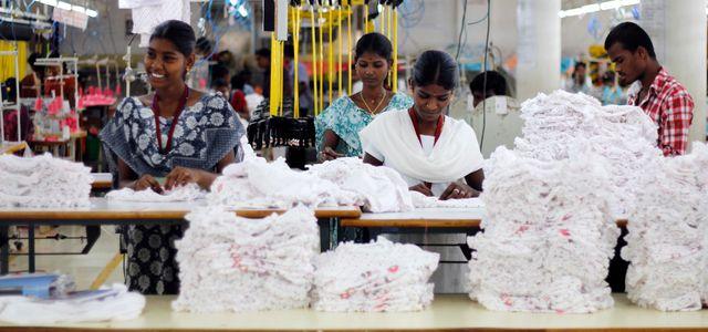 Näherinnen arbeiten mit Fairtrade-Baumwoll in Indien
