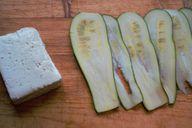 Zucchini und Halloumi-Käse zum Grillen: Eine leckere Kombination.