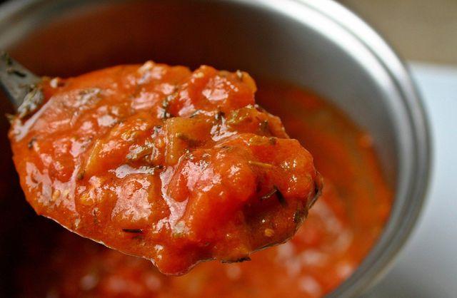 Gehackte Tomaten bilden die Saucengrundlage.