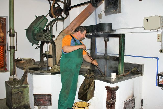 Traditionelle Handarbeit in einer Ölmühle