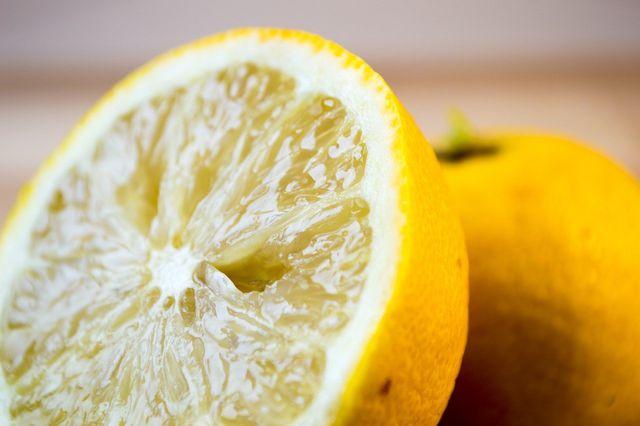 Mit natürlicher Zitronensäure Fensterrahmen reinigen