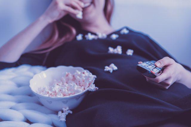 Beim Binge-Watching neigen wir oft dazu, nebenher viele ungesunde Snacks zu konsumieren, ohne dabei den Geschmack in vollem Maße wahrzunehmen.