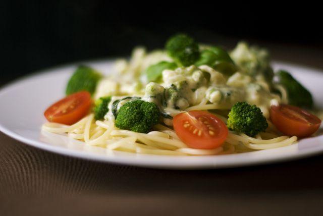 Brokkoli passt gut als Beilage zu Nudeln.