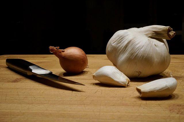 Knoblauch und Zwiebeln sind wichtig für den Geschmack.