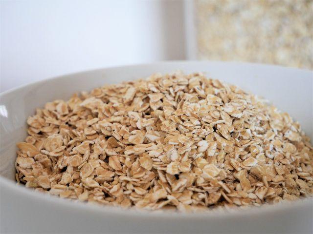 Carboidratos em farinha de aveia: 59 gramas por 100 gramas