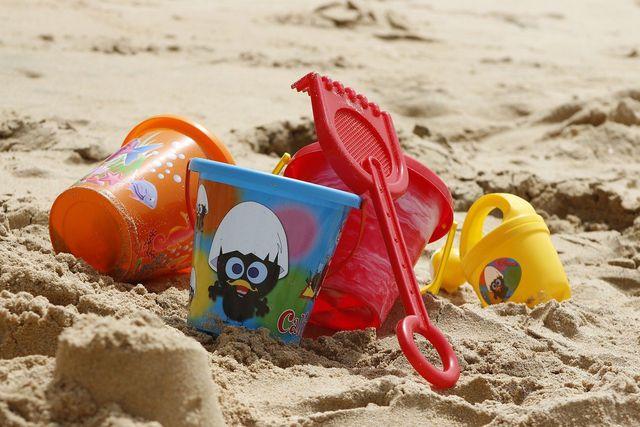 Eine Sandkiste im Garten ist eine gute Möglichkeit, kleinere Kinder zu beschäftigen.