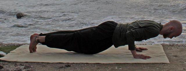 """Der untere Stütz heißt im Yoga Chaturanga Dandasana, zu Deutsch """"viergliedriger Stab""""."""