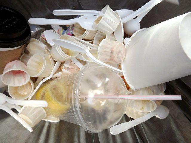 Der Großteil unserer Abfälle besteht aus Kunststoffen verschiedener Sorten und erschwert somit das Kunststoffrecycling.
