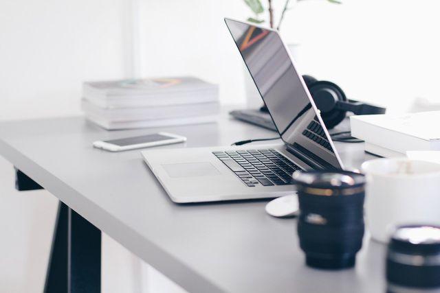 Die richtige Schreibtischhöhe hängt unter anderem von deiner Sitzhöhe ab.