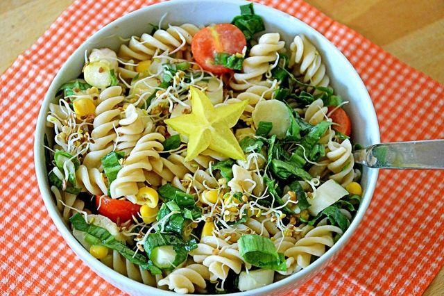 Ein leichter, aber sättigender Sommersalat gelingt dir mit Nudeln als Grundlage.