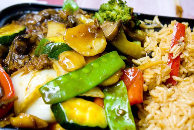 Süß-Sauer-Soße passt super zu asiatischen Gerichten mit Reis.