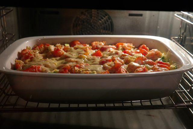 Die Zubereitung des vegetarischen Nudelauflaufs dauert etwa eine Stunde.