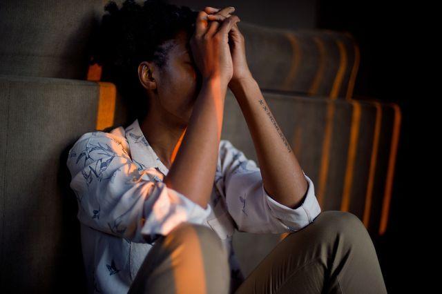 Regelmäßige Bewegung, zum Beispiel bei Spaziergängen, kann depressive Symptome und Ursachen lindern.