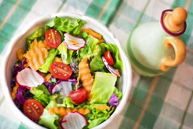 Die meisten veganen Salate gehen auch ohne Ersatzprodukte.