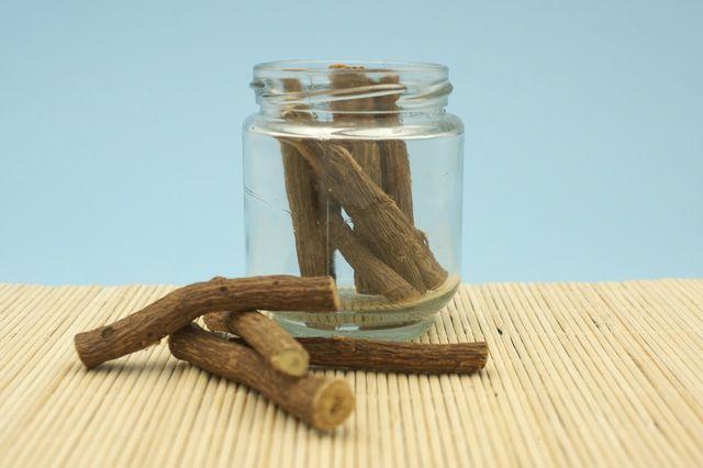 Lakritz besteht aus Süßholz, welches Glycyrrhizin enthätl, dass in der Schwangerschaft schädlich sein kann.