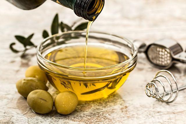 Ein gutes Olivenöl darf im Dressing für Franzosenkraut-Salat nicht fehlen.