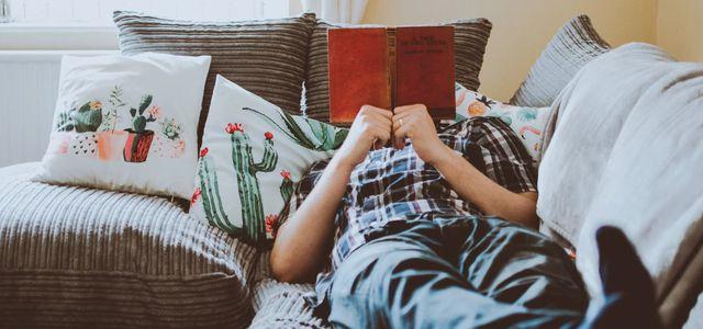 Gemütlich lesen auf einem nachhaltigen Sofa