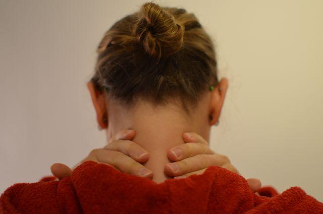 Verspannungen im Nacken durch Dehnübungen lösen.