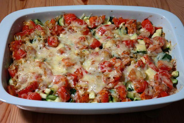 So einen Gemüseauflauf kannst du auch ganz einfach im Römertopf kochen.