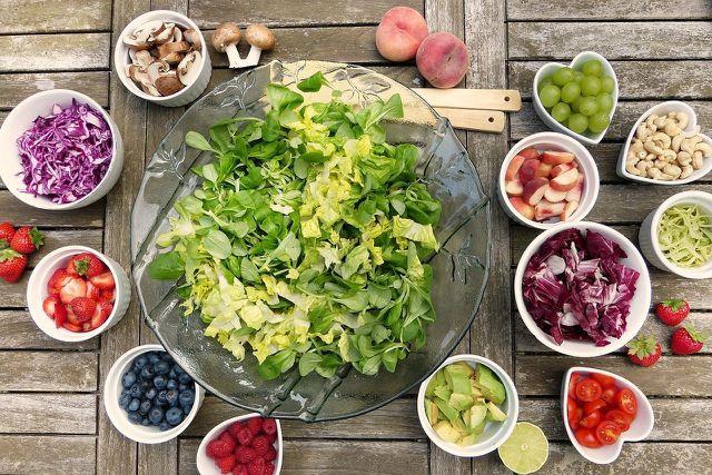 Obst und Gemüse sind wichtige Elemente der veganen Ernährungspyramide.