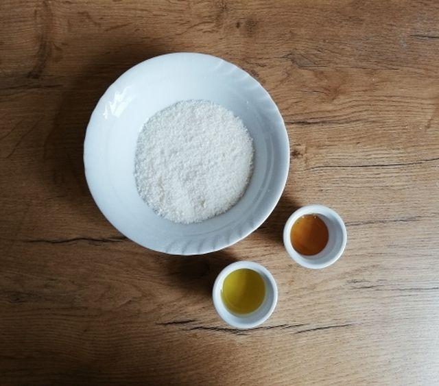 Olivenöl, Honig und geraspelte Seife – diese Zutaten brauchst du, um Flüssigseife selber zu machen.