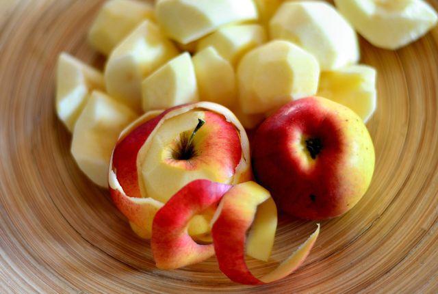 Geschälte Äpfel in Würfel geschnitten.
