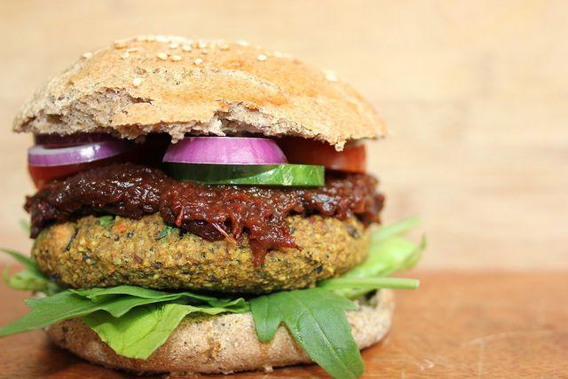 Die Burger-Brötchen ohne Hefe schmecken mit verschiedenen Patties und auch vegan köstlich.