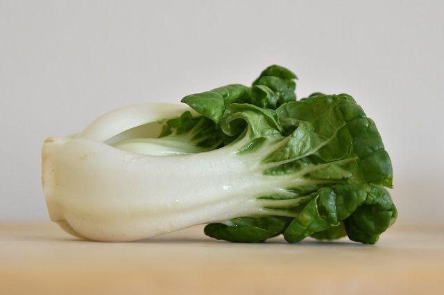 Auch im Salat oder Smoothie kannst du Pak Choi verwenden.