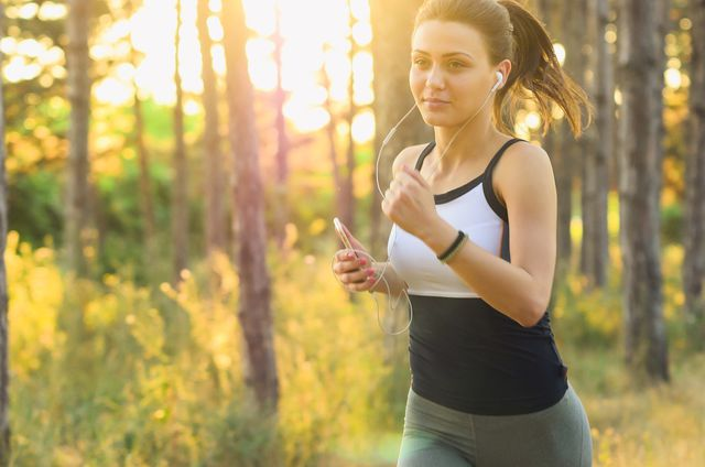 Nach dem Sport solltest du deinen Haare waschen, um Schweiß von der Kopfhaut zu entfernen.