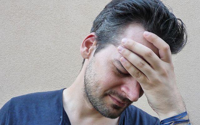Kopfschmerzen können infolge des Flüssigkeitsverlustes auftreten.