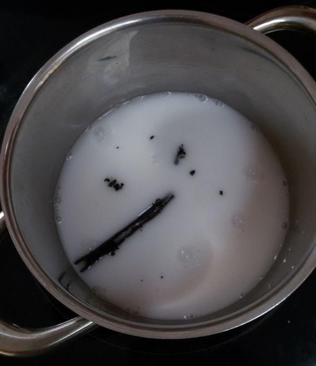 Die Vanilleschote entfaltet erst beim Aufkochen ihr volles Aroma