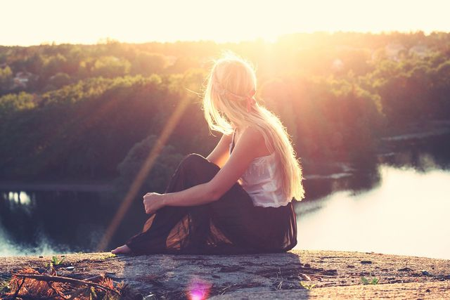 Für die Bildung von Vitamin D braucht dein Körper die UVB-Strahlen aus dem Sonnenlicht.