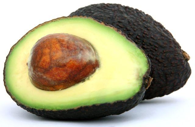 Avocado-Kerne stecken voller gesunder Nährstoffe. Aufgrund des enthaltenen Bitterstoffs solltest du aber nicht zu viel davon verzehren.