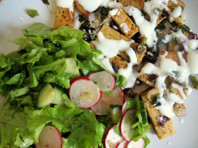 Joghurt und Salat sorgen für erfrischende Kontraste zum würzigen veganen Gyros.