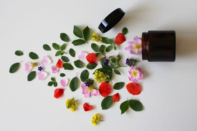 Kaufe am besten Naturkosmetik – sie enthält deutlich weniger Konservierungs- oder Duftstoffe.