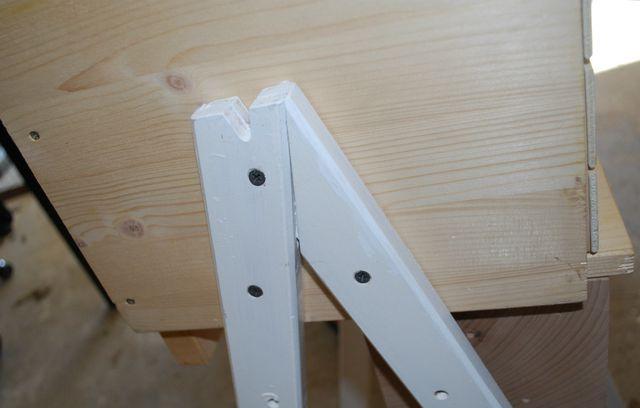 Der Ständer für das Insektenhotel wurde upcycelt - von einer alten Kindertafel. Du kannst aber auch einfach zwei Bretter pro Seite im Winkel anschrauben.