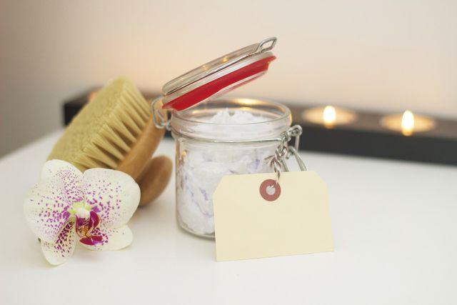 Mit Trockenbürsten und der richtigen Pflegecreme wird deine Haut im Nu wieder zart.