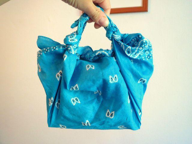 Je nach Größe deines Furoshikis kannst du daraus größere oder kleinere Taschen knüpfen.