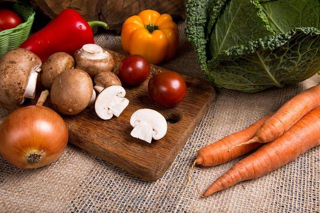 Für den Champignonsalat musst du das Gemüse in mundgerechte Stücke schneiden.