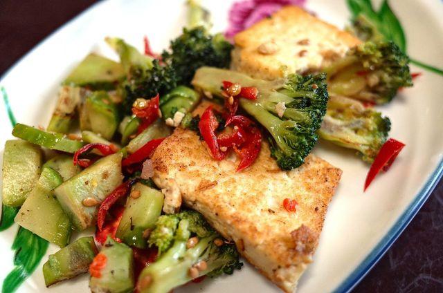 Panierter Tofu passt besonders gut zu asiatischen Gerichten.