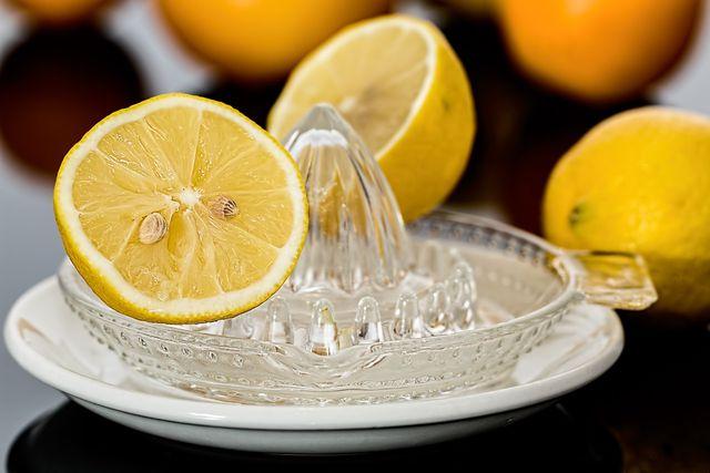 Bei trockenen Füßen kann ein Peeling aus Zitronensaft und Natron alte Hautschuppen entfernen.