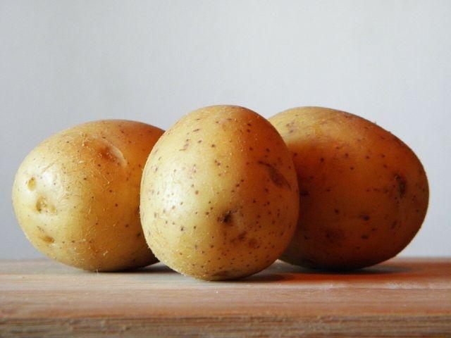 Um den Drahtwurm natürlich zu bekämpfen, kannst du selbstgemachte Kartoffelfallen aufstellen.