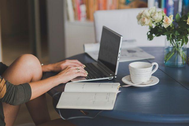 Online gibt es viele Plattformen, auf denen du gebrauchte Kleidung verkaufen kannst.