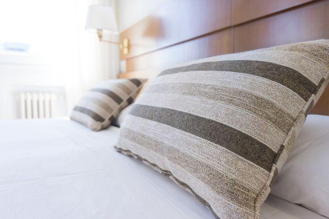 Große feste Kissen sind eine angenehme Rückenlehne.