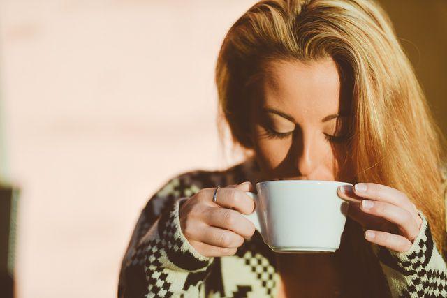 Viel trinken kann trockene Lippen vorbeugen.