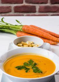 Etwas frische Petersilie eignet sich perfekt als Topping für die Suppe.