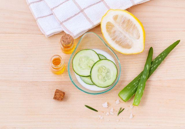 Gurken, Zitronen und Aloe-Vera sind natürliche Zutaten, aus denen du leicht ein erfrischendes und feuchtigkeitsspendendes Gesichtswasser herstellen kannst.