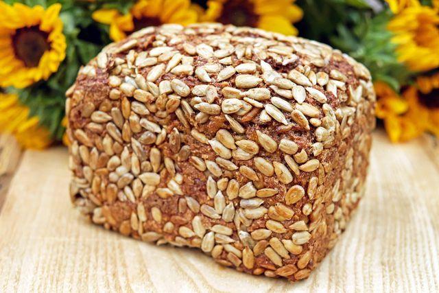 Zum Schluss kannst du dein Buchweize-Brot beispielsweise mit Sonnenblumenkernen bestreuen.